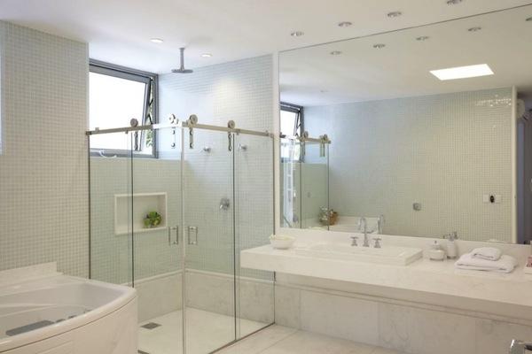 8 modelos de box para banheiro -> Banheiro Pequeno Com Banheira E Chuveiro Juntos