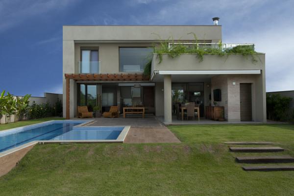 fachada-com-vidro-e-madeira