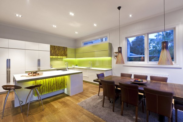 green-and-white-modern-kitchen-600x400