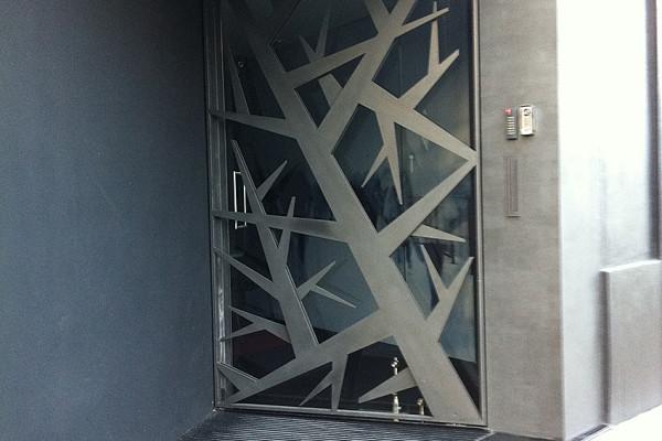 porta-de-vidro-com-grade-em-ferro-1-600x400