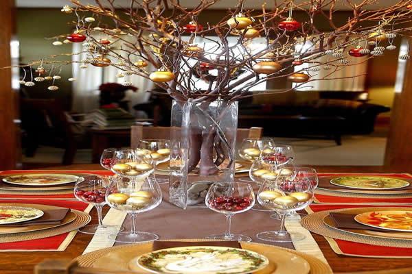 mesa-de-natal-com-bolas-natalinas-em-taca-de-vidro