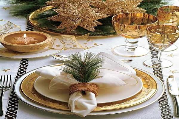 mesa-de-natal-com-jogo-de-jantar-dourado