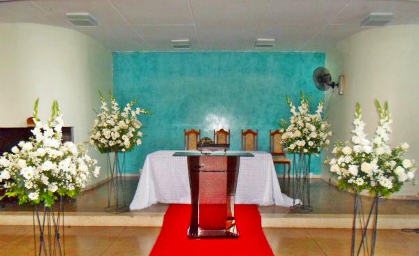 Decoração de Igreja Evangélica com flores brancas
