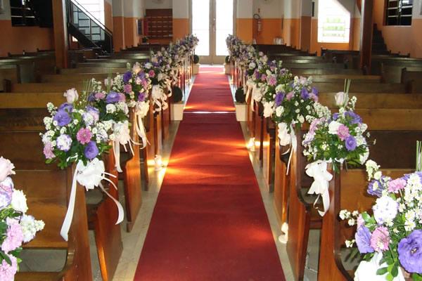 Decoração de Igreja Evangélica com flores no banco