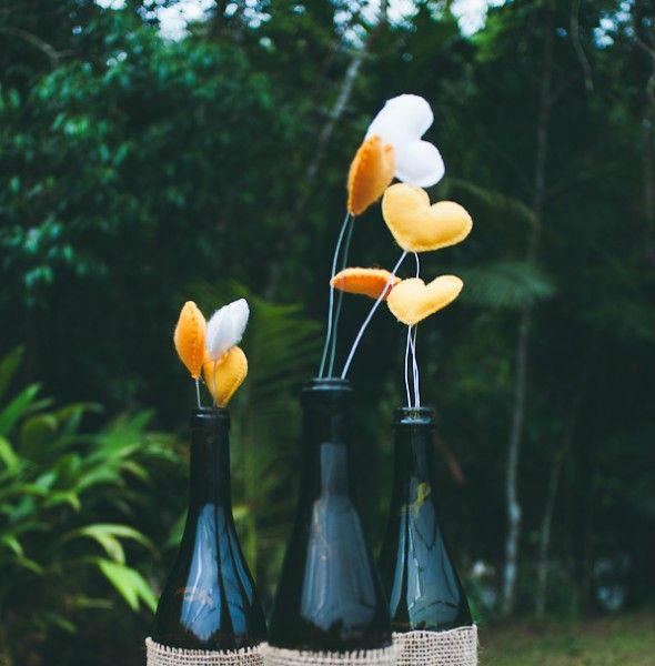 garrafa decorada com coração de feltro