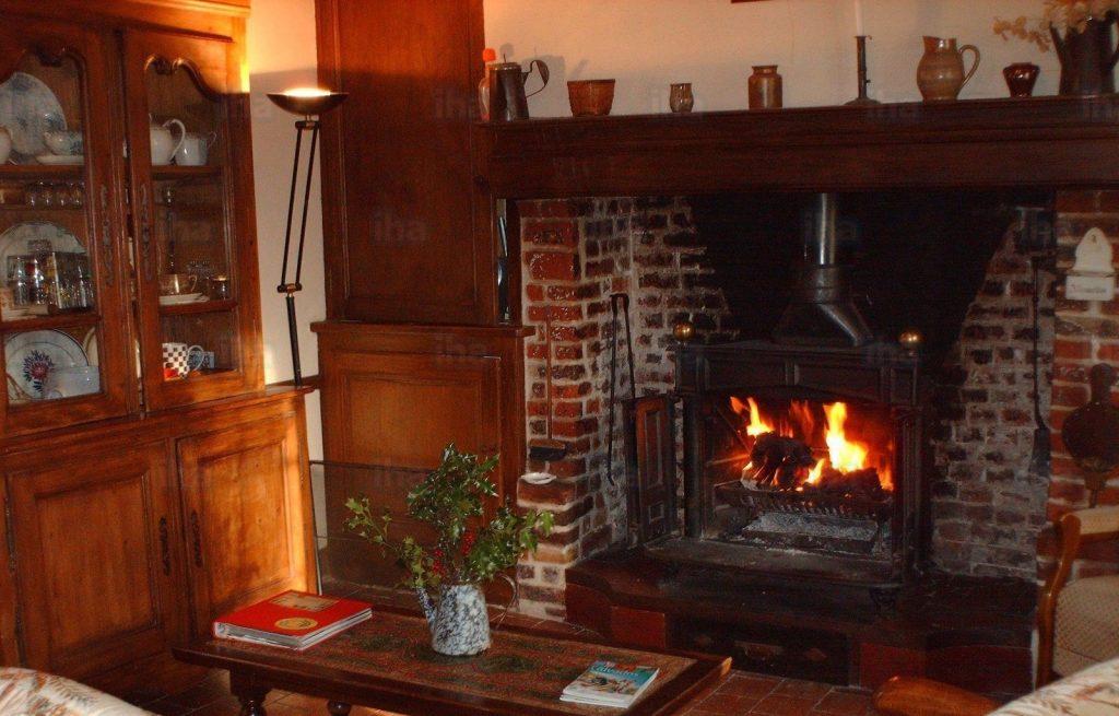 Lareira para sala de estar: o charme todo tradicional da lareira à lenha