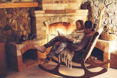 Lareira na sala de estar: nada mais aconchegante durante sessão de leitura e convivência