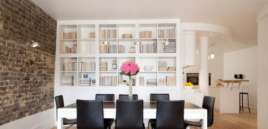 Você pode mesclar o a rusticidade do acabamento natural com móveis modernos...